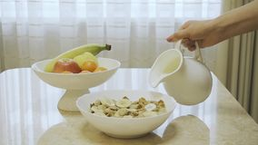 Petit déjeuner sain des céréales entières de grain de cheerios avec du lait, fin  banque de vidéos
