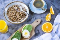 Petit déjeuner sain et beau avec le muesli Photos stock