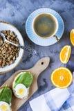 Petit déjeuner sain et beau avec le muesli Image libre de droits