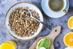Petit déjeuner sain et beau avec le muesli Image stock
