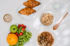 Petit déjeuner sain léger avec la farine d'avoine Hercule, écrous, fruit, oeufs à la coque, pain tableware Nourriture saine images stock