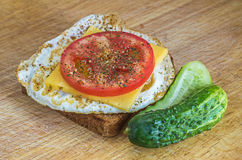 Petit déjeuner sain : oeuf au plat sur un pain grillé de blé entier Photo libre de droits