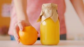 Petit déjeuner sain orange de jus frais de bouteille de femme clips vidéos