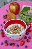 Petit déjeuner sain : yaourt avec le muesli et le fruit frais Photos libres de droits