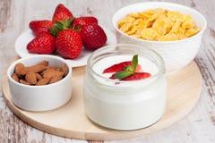 Petit déjeuner sain - yaourt, fraises fraîches et cornflakes Images libres de droits