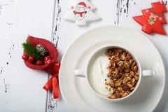 Petit déjeuner sain : Yaourt grec avec la granola faite maison dans un blanc image stock