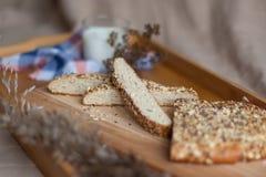 Petit déjeuner se composant du pain et du lait Photos libres de droits