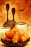 Petit déjeuner servi avec le bâton frit de la pâte et le lait de soja pendant le matin avec la table décorative Photographie stock libre de droits