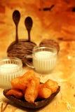 Petit déjeuner servi avec le bâton frit de la pâte et le lait de soja pendant le matin avec la table décorative Images stock