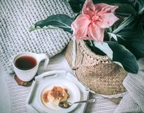 Petit déjeuner simple confortable dans le lit Images stock