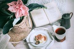 Petit déjeuner simple confortable dans le lit Photos stock
