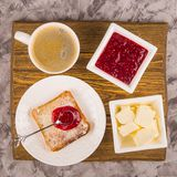 Petit d?jeuner simple des produits traditionnels - pain grill? avec la confiture de beurre et de framboise image stock