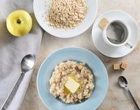 Petit déjeuner simple - sacs à thé et farine d'avoine avec du beurre, APPL jaune Images stock