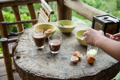 Petit déjeuner sur la vieille table en bois photos stock