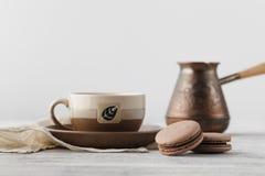 Petit déjeuner sur le lieu de travail Macarons de café et de chocolat photographie stock