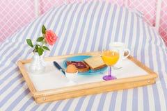 Petit déjeuner sur le lit Photo stock