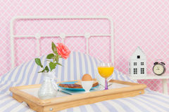 Petit déjeuner sur le lit Photos libres de droits