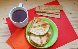 Petit déjeuner sur un fond rouge et en bois Images libres de droits