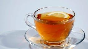 Petit déjeuner, thé brassé Sachet à thé dans la tasse avec de l'eau chaude banque de vidéos