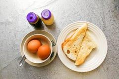 Petit déjeuner traditionnel asiatique de demi oeufs à la coque avec du pain de pain grillé Images libres de droits