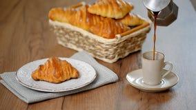 Petit déjeuner traditionnel avec les croissants et le café frais banque de vidéos