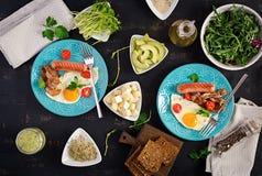 Petit d?jeuner anglais - oeuf au plat, tomates, saucisse et lard photo stock