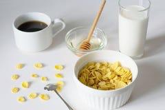 Petit d?jeuner sain avec les cornflakes et le lait au-dessus du fond blanc photos libres de droits
