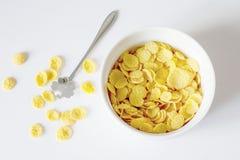 Petit d?jeuner sain avec les cornflakes et le lait au-dessus du fond blanc photographie stock