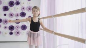 Petit danseur classique mignon au cours de formation banque de vidéos