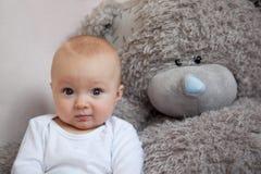 Petit de garçon nounours préféré ensemble Photos libres de droits