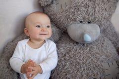 Petit de garçon nounours préféré ensemble Images libres de droits