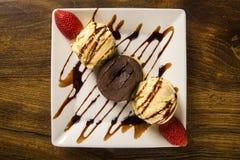 Petit dessert de gâteau avec la crème glacée et la fraise sur le CCB en bois Photo stock