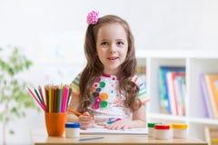Petit dessin mignon d'enfant d'élève du cours préparatoire à la maison Photos libres de droits