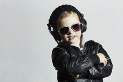 Petit disc-jockey garçon de sourire drôle dans les lunettes de soleil et des écouteurs photo stock
