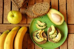 Petit déjeuner alcalin avec le sandwich à pomme et à avocat Image libre de droits
