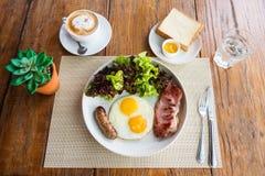Petit déjeuner américain sur la table en bois Image libre de droits