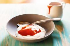 Petit déjeuner avec du yaourt avec la confiture Photographie stock libre de droits