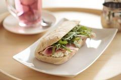 Petit déjeuner continental avec le sandwich et le thé Photo libre de droits