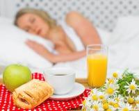 Petit déjeuner dans le lit Image stock