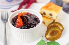 Petit déjeuner : Prune d'amd de gâteau au fromage, de prunes et confiture d'oranges Image stock