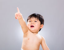 Petit doigt de bébé garçon vers le haut photo libre de droits