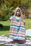 Petit enfant à l'intérieur de serviette colorée Photo libre de droits