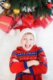 Petit enfant étonné mignon dans l'intérieur de Noël de vacances images stock
