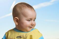 Petit enfant actif remarquable, émotions d'expositions dans la perspective du bleu photographie stock libre de droits