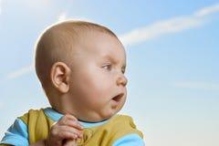 Petit enfant actif remarquable, émotions d'expositions dans la perspective du bleu image libre de droits