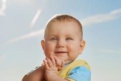 Petit enfant actif remarquable, émotions d'expositions dans la perspective du bleu photographie stock