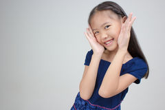 Petit enfant asiatique dans la robe traditionnelle thaïlandaise photo stock