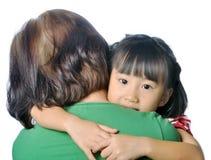 Petit enfant asiatique dans le bras de la femme supérieure Photographie stock