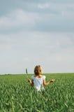 Petit enfant avant un ciel photographie stock