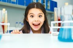 Petit enfant avec apprendre la classe dans le grimase de laboratoire d'école Photos libres de droits